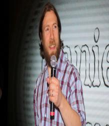 دانيال براين يقابل جمهوره في كوميك كون البحرين